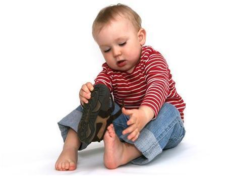 ensena-a-tus-hijos-a-ponserse-sus-zapatos-infantiles